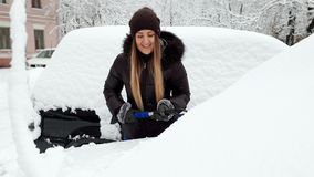 4k取消雪的美丽的微笑的年轻女人英尺长度从她的汽车与刷子 司机清洗的汽车以后 影视素材