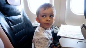 4k可爱的2岁英尺长度看在飞机反光板的小孩男孩在飞行期间 影视素材