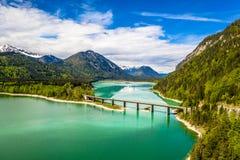 4K在储积湖Sylvenstein,上部巴伐利亚的寄生虫令人惊讶的桥梁 r 5月,德国 库存图片