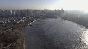 4k在冰的录影渔 冬天 渔夫抓在都市风景的背景的一条鱼 股票视频