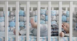 4K在小儿床和微笑的小快乐的男孩 影视素材