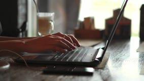 4k在接触与手指智能手机的膝上型计算机键盘的女性手类型触感衰减器说谎在关闭附近  没有面孔妇女 股票录像