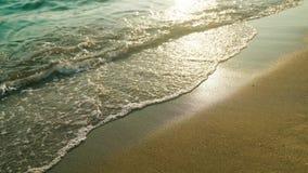 4k在海滩的波浪在日落时间,阳光反射水表面上 股票录像
