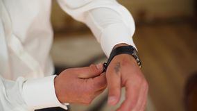 4k在胳膊的人的手表 股票录像