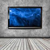 4K在被隔绝的墙壁上的电视 免版税库存照片