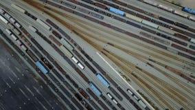4K在铁路轨道的长的火车无盖货车 影视素材