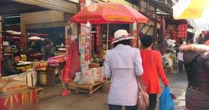 4k在香格里拉云南瓷的大繁忙的农夫市场 股票录像