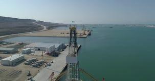 4K在Bautino港固定的空中录影摄制集装箱船里海,哈萨克斯坦的岸的 股票视频