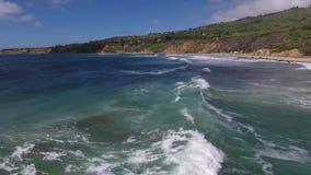 4k大白色空中射击在海洋挥动在晴朗的夏日,海景海岸线 股票视频