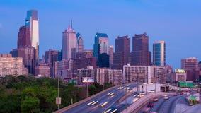 4K天对费城摩天大楼的夜Timelapse在多云蓝天宾夕法尼亚美国的 股票视频