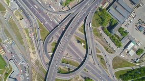 4K天线英尺长度 飞行在与顺时针的公路交叉点转动 股票录像