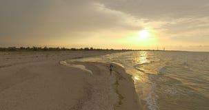 4k天线-女孩沿沙滩走在日落 影视素材