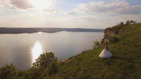 4K夫妇空中寄生虫英尺长度在峭壁的 惊人的旅行概念 影视素材