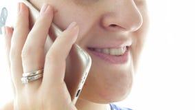 4k妇女面孔特写镜头英尺长度,当谈话由手机时 股票录像