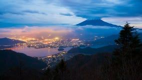 4K对富士山,日本夜间流逝的天  股票视频