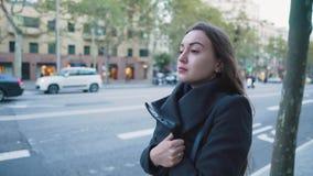 4k射击了女孩等待的公共汽车或出租汽车 在背景的城市交通 影视素材