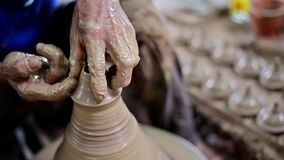4K工作在瓦器轮子的陶瓷工做泥罐 股票录像