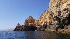 4k巨大的岩石录影在普腊亚da Marinha,在拉戈阿阿尔加威葡萄牙附近的可爱的暗藏的海滩峭壁海滩的  股票视频