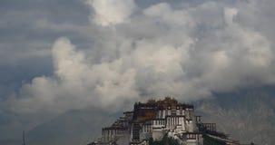 4k布达拉宫早晨,拉萨,西藏 云彩围拢的山 影视素材