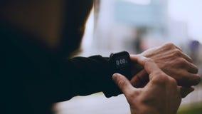 4K开始聪明的手表定时器和赛跑的赛跑者 检查心率显示器的人在跑步前 生活方式POV射击 股票视频