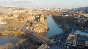 4k录影寄生虫在桥梁的老城市运输运动在河 股票录像