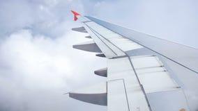 4k录影通过在震动飞机翼的反光板在动荡飞行得到了通过雨云 股票视频
