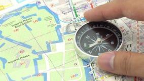 4k拿着有日本地图的商人一个指南针使用作为背景与拷贝空间和白色空间的旅行概念您的 股票录像