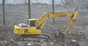 4k挖掘机工作&倾销者卡车在建造场所,瓷 股票录像