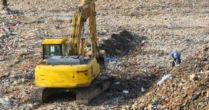 4k挖掘机工作&倾销者卡车在建造场所,瓷 影视素材