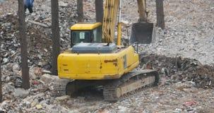 4k挖掘机工作&倾销者卡车在建造场所,瓷 股票视频