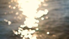 4K提取与轻和闪烁的背景模糊的海海滩bokeh 股票视频