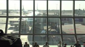 4k摄影师在机场泰国拍与飞机DSLR照相机的照片  影视素材