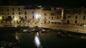 4k斋戒帆船港口和沿海城市摇摄夜空中寄生虫英尺长度  影视素材