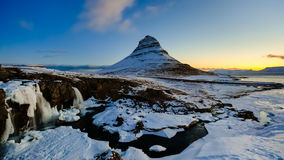 4K日出时间间隔在kirkjufellsfoss瀑布和Kirkfufell山,冰岛的 股票录像