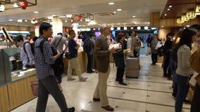 4K日本人里面购买饭盒地铁东京 更加便宜的食物 股票视频