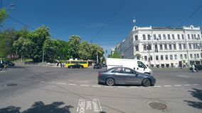 4k时间间隔,有行人穿越道的交叉路在一个晴朗的夏日 影视素材