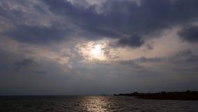 4K时间间隔 在海海湾的黑暗的暴风云 有风秋天天空,船 股票录像