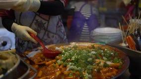 4K有可口Tteok-bokki的普遍的韩国街道食品厂家在釜山 股票视频