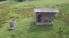 4k木小屋寄生虫天线在绿色高地的由森林,照相机上升下来 影视素材