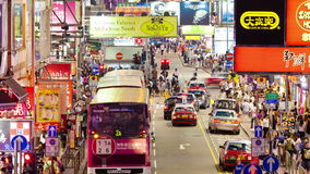4k步行者和交通timelapse录影在一条拥挤的街在香港