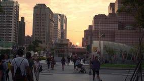 4K步行者穿过台北市交叉点街道有日落的 影视素材