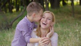 4K母亲和儿子在公园,并且儿子盖母亲的眼睛 股票视频
