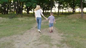 4K母亲和孩子的步行农村空间的 股票录像