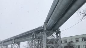 4K沿多雪的街道被放置的巨大的气体管道在里加,拉脱维亚 股票录像