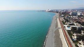 4k爱德乐、索契海滩、镇和山鸟瞰图  横跨海岸线的江边舒展在这俄罗斯 影视素材