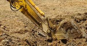 4k特写镜头挖掘机工作&倾销者卡车在建造场所,瓷 股票视频