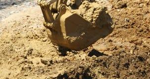 4k特写镜头挖掘机工作&倾销者卡车在建造场所,瓷 影视素材