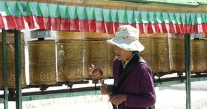 4k特写镜头西藏人转动转动的佛教地藏车,拉萨 股票视频