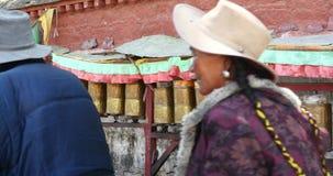4k特写镜头西藏人转动转动的佛教地藏车,拉萨 股票录像