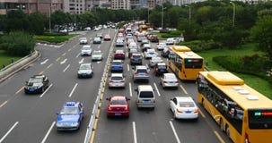 4k现代都市城市繁忙的繁忙运输阻塞,在高速公路街道上的很多汽车 股票视频